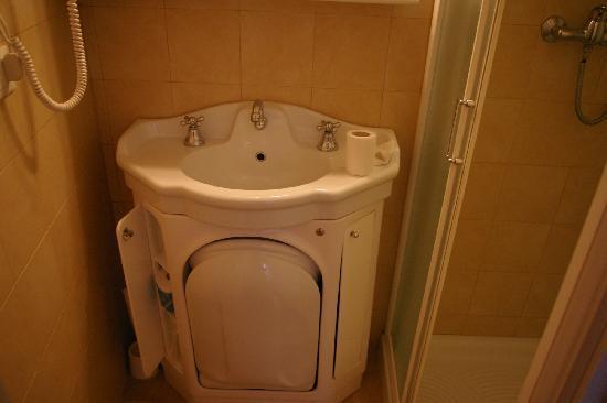 Hotel Malibran: les toilettes sous le lavabo