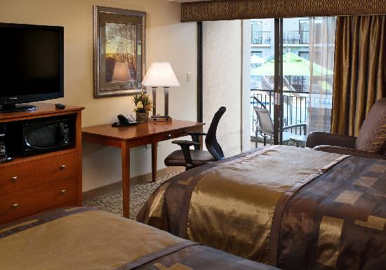 Best Western Plus Bloomington Hotel: Poolside and poolview rooms are available