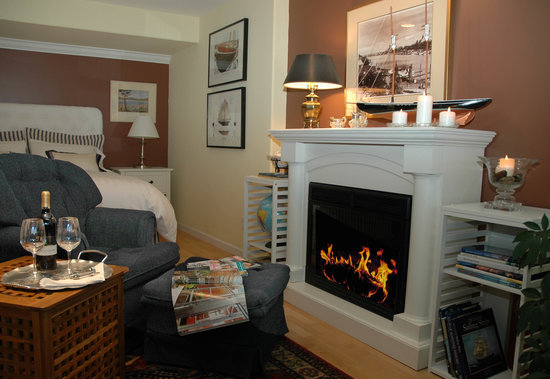 At The Shore B&B: Cozy chair & fireplace
