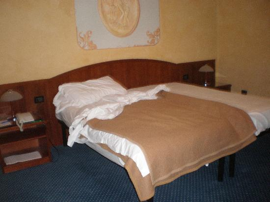 Hotel Plaza Padova: the bed