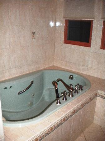 Victorian Lace Inn: Jacuzzi tub in the Cork Suite