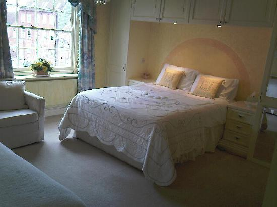 Lombard House Bed & Breakfast: The Yellow Room (en-suite shower)