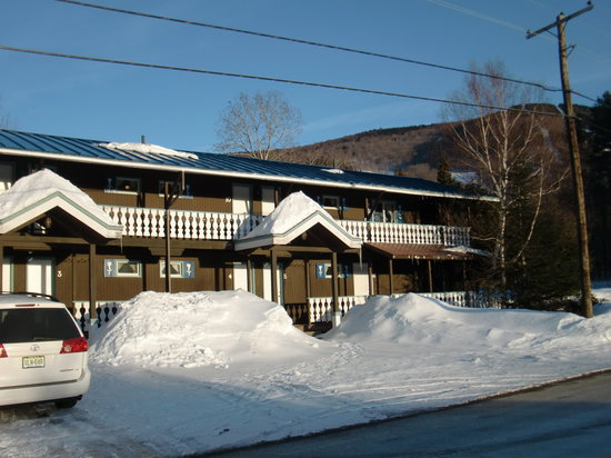 Blue Gentian Lodge : View of the hotel with all of the great snow!