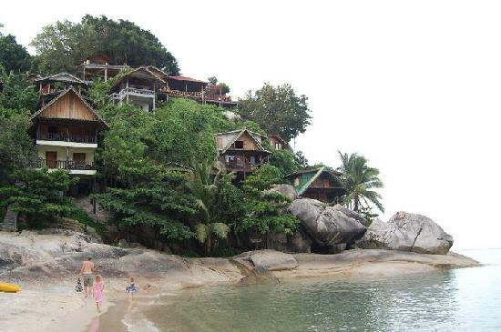 Mai Pen Rai Bungalows: walking along the beach to our family room on the rocks