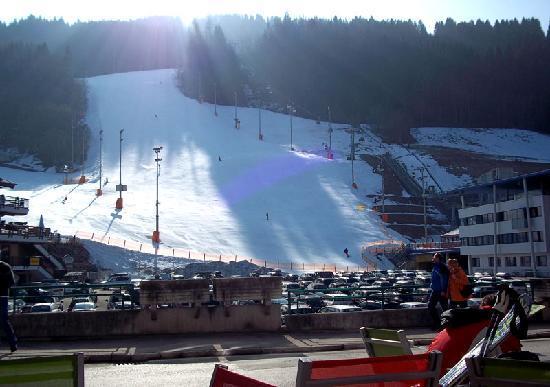 aQi Hotel Schladming: Ski piste in front of hotel