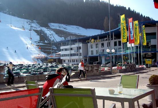 aQi Hotel Schladming: Ski Complex on the right of hotel