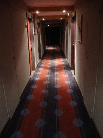 Hotel L'Aigle des Neiges: Corridor to our room