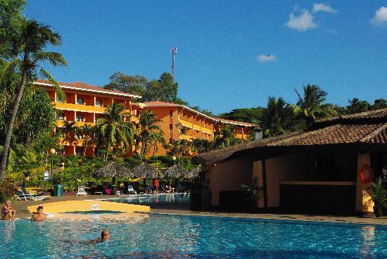 Barcelo Montelimar Beach: Une partie de la piscine avec l'hötel en arrière plan