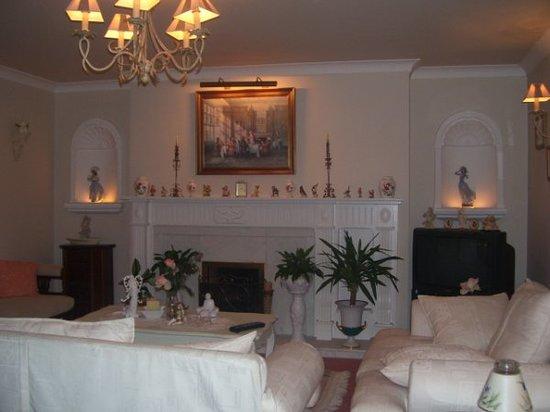 Linderhof Bed & Breakfast: Guest Lounge