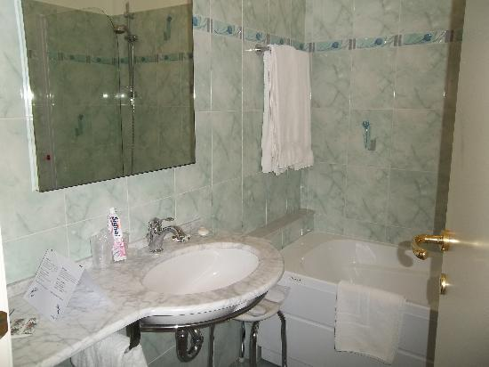 Salle de bain picture of hotel belle epoque sanremo for Belle salle de bain