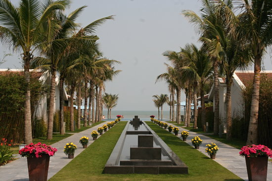 Fusion Maia Da Nang : View from restaurant to pool and beach