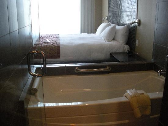 Casulo Hotel: The view of the bed from the shower/tub
