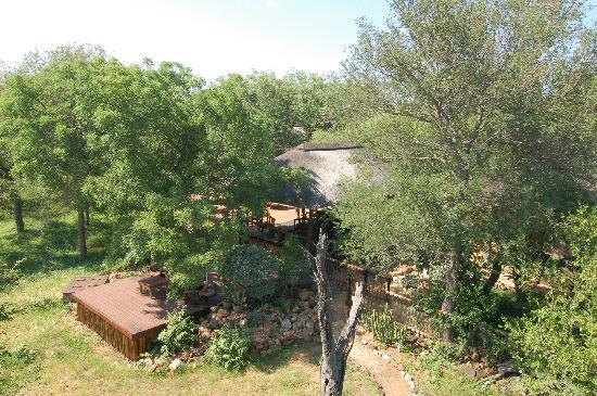 Leopards View Game Lodge: View from the tower on to the lodge