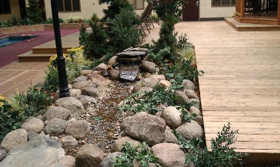 LivINN Hotel Minneapolis North / Fridley: even has a running stream in courtyard