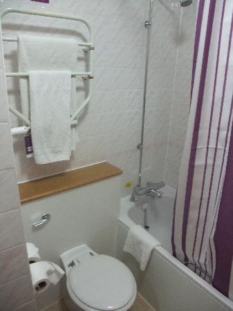Premier Inn Chessington Hotel: Das erste Badezimmer 2