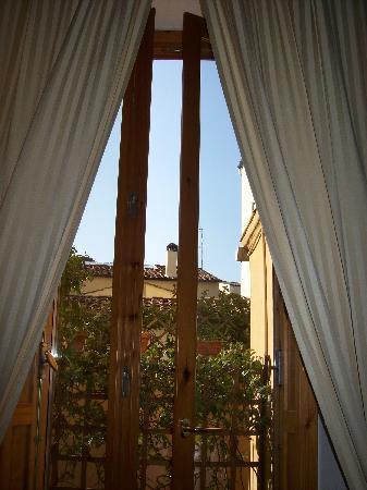 B&B Tourist House Ghiberti: Looking through our bedroom window