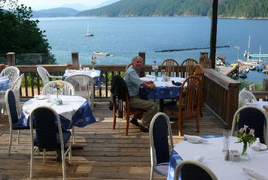 Laughing Oyster Restaurant: patio dinining in summer. Fresh flowers and fresh sea air