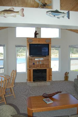Turtle Rock Resort: TV and Fireplace with Creek View