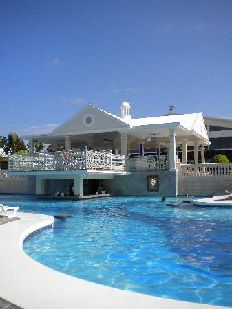 ريو نيجريل أول إنكلوسف: View from our pool chairs of the bar ;)