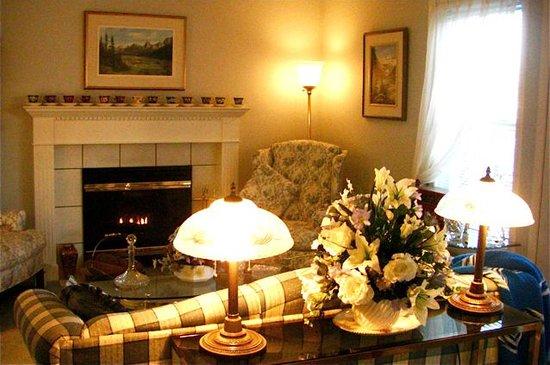 Tuxedo House B&B: Fireside Lounge