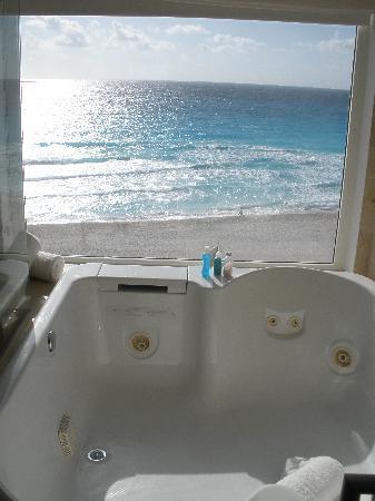 Le Blanc Spa Resort: Jacuzzi in Bathroom