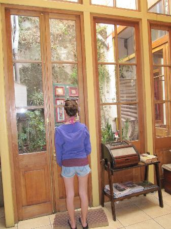 Hotel Da Vinci Valparaiso: in the lobby looking into the courtyard