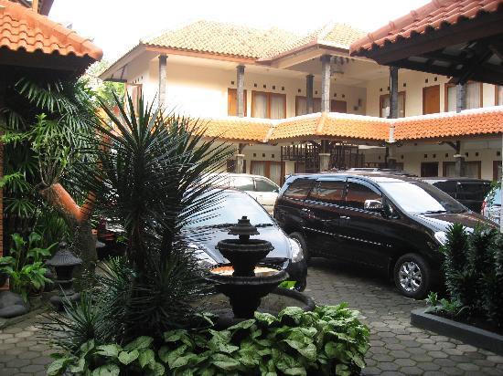 Puri Larasati Hotel : hotel compound