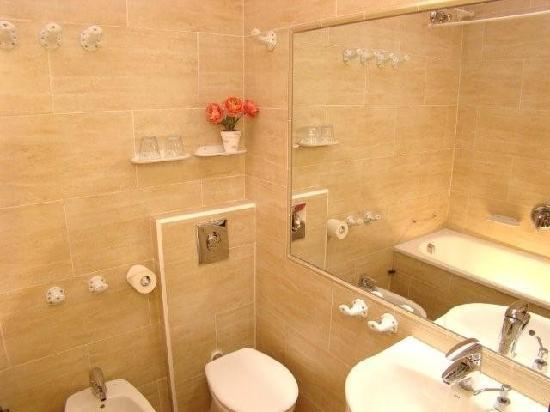 Hotel Continental Barcelona: Ensuite Bathroom in all rooms