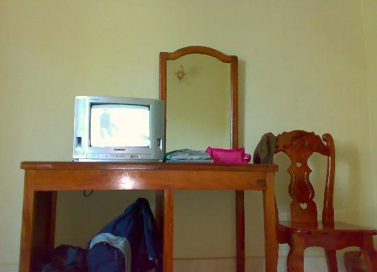 Aroma Daily Guesthouse: the desk and TV