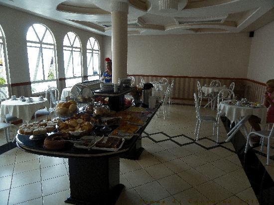Hotel Rouver: Café nos esperando. Ovos mexidos, salsichas, bolos, frios, pães...