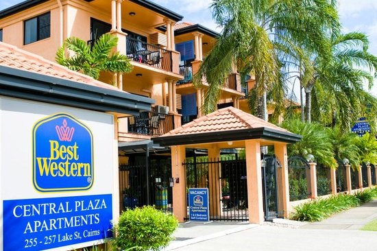 BEST WESTERN Central Plaza Apartments: Front entrance of hotel