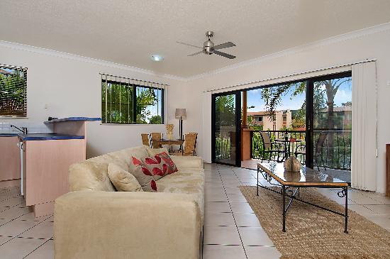 BEST WESTERN Central Plaza Apartments: Living Room with Balcony