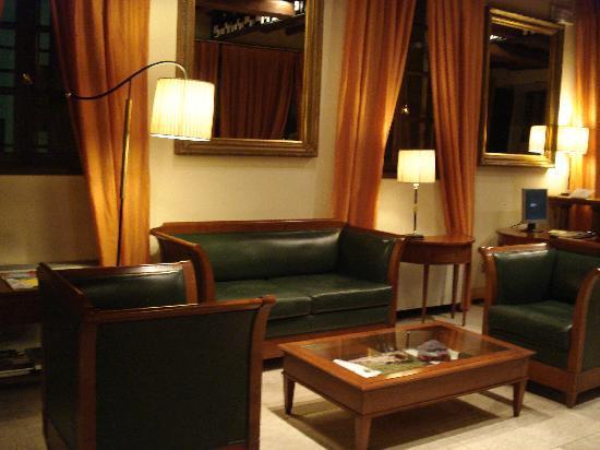 Hotel Villa Policreti: sitting area of lobby