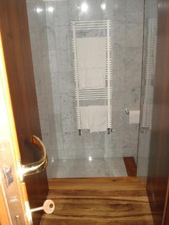 Hotel Villa Policreti: Steep drop into the plush bathroom