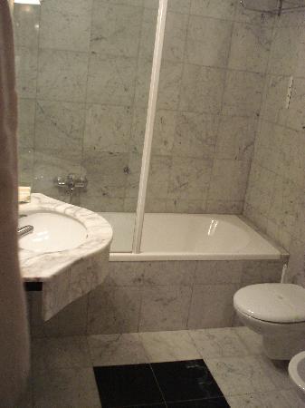 Hotel Villa Policreti: shower, bath area