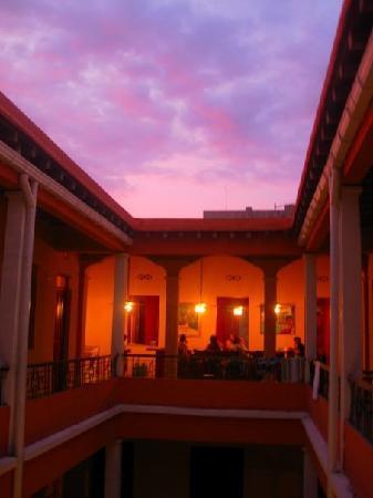 La Brisa Loca Hostel: View of the sunset towards the roof