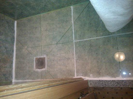 Kensington Suite Hotel: Flood after one minute shower