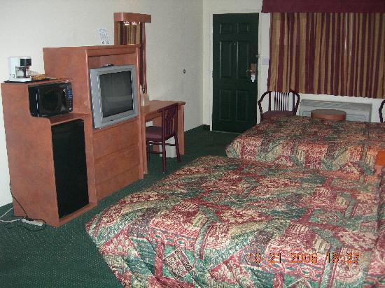 University Inn & Suites Tallahassee: A Double Queen Room