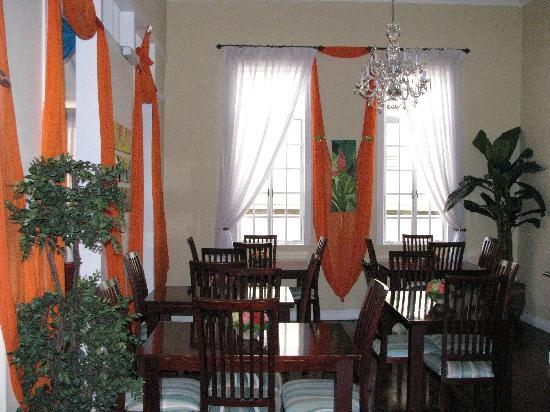 The Inn at 87: Breakfast hall with high ceilings and roomy atmosphere