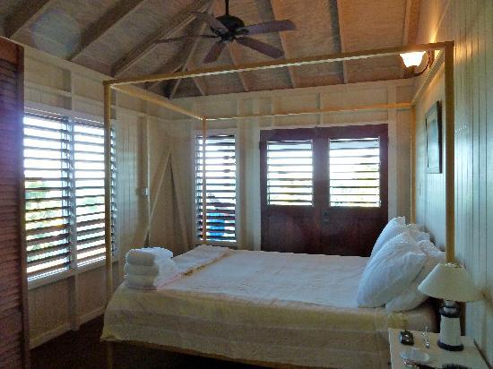 Dutchman's Bay Cottages: The bedroom