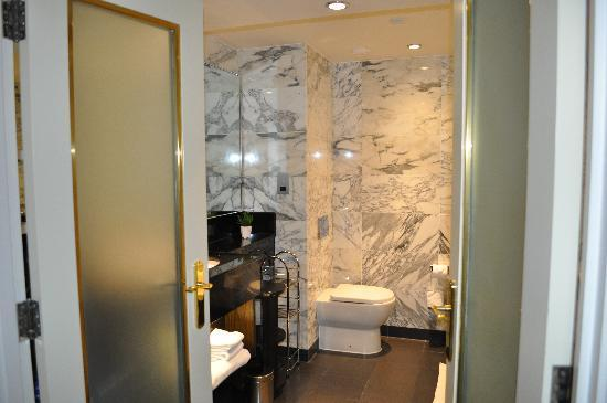 The Kensington Hotel: Bath Room