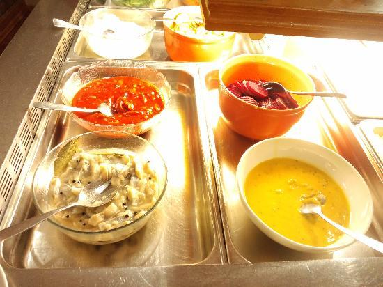 Haraldsheim Hotel: ユースホステルの朝食、ニシンの酢漬けです。右手前がマスタード風味。左奥がケチャップ味。