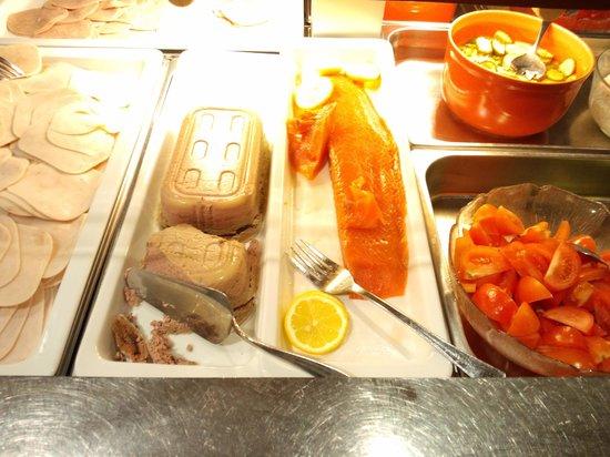 Haraldsheim Hotel : 土曜日と日曜日の朝食では、サーモンが出ました。ただし味付ではなかったので、調理場から醤油を借りました。