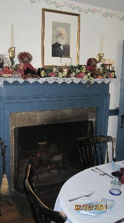 The Old Mystic Inn: dining room where breakfast served
