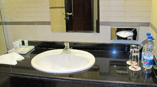 Four Points by Sheraton Lagos: The toilet...Ammenities are spartan.