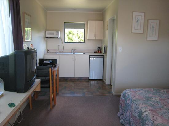 Commodore Court Motel : General view of room: kitchen area