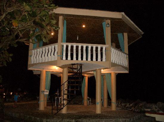 Mambajao, Filipiny: the tower beside the pool