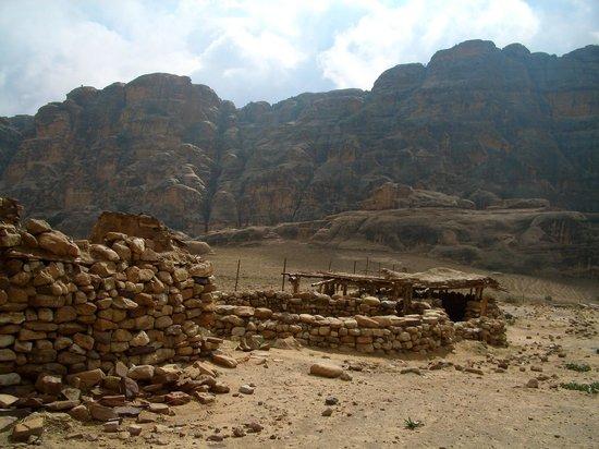 Al-Beidha: eingebettet in beeindruckende Landschaft