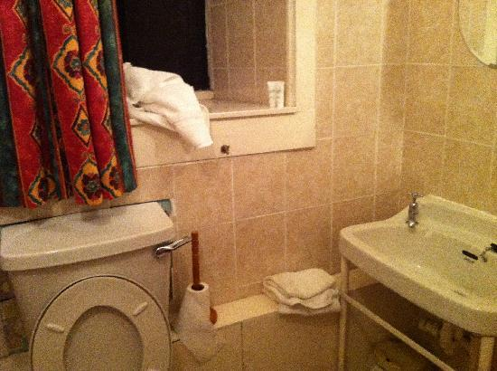Edinburgh Brunswick Hotel: Clean bathroom