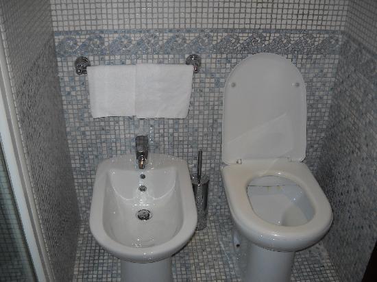 Serena Hotel : bathroom2